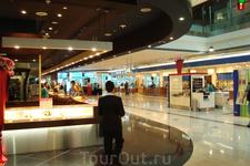 в аэропорту большое количество магазинов