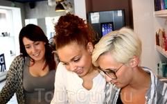 В магазинчике Брюггена три очаровательные продавщицы предлагают купить сувениры...