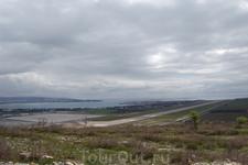 Вид Геленджикской бухты со смотровой площадки. Вот эта длинная дорожка - это посадочная полоса в строящемся аэропорту. Скоро сюда не надо будет трястись ...