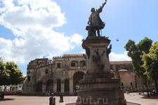 Плащадь Колумба и памятник ему-же. Поднятой рукой указывает в направлении Европы