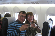 Улетая из Норвегии на латвийскои самолёте мы пьём французское вино!!