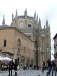 С другой стороны площади высится громада  Monasterio de San Juan de los Reyes. Он был возведен по заказу «Католических королей», Фердинанда и Изабеллы ...