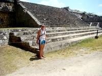 ЧиченИца, главная площадь Храм войнов. Перед Храмом воинов находится площадка с четырьмя рядами колонн. Высота колонн достигает 3 м. На большинстве этих колонн изображены тольтекские воины, собствен