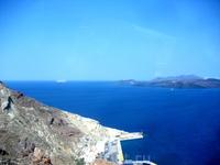 Приплыли на Санторини, поднимаемся по серпантину от порта наверх