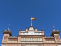 Знакомый испанец сказал, что если над ареной развивается флаг значит сегодня будет коррида. Корриды проводятся по воскресеньям, сезон с конца апреля по октябрь. Начало сезона обычно совпадает с праздн
