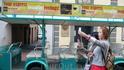 Начало осмотра Риги туристы начинают с этой старой площади,можно на экскурсионном трамвае прокатиться по историческим местам.