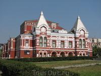 Один из символов города - академический театр им. Максима Горького. В народе его еще называют Теремком
