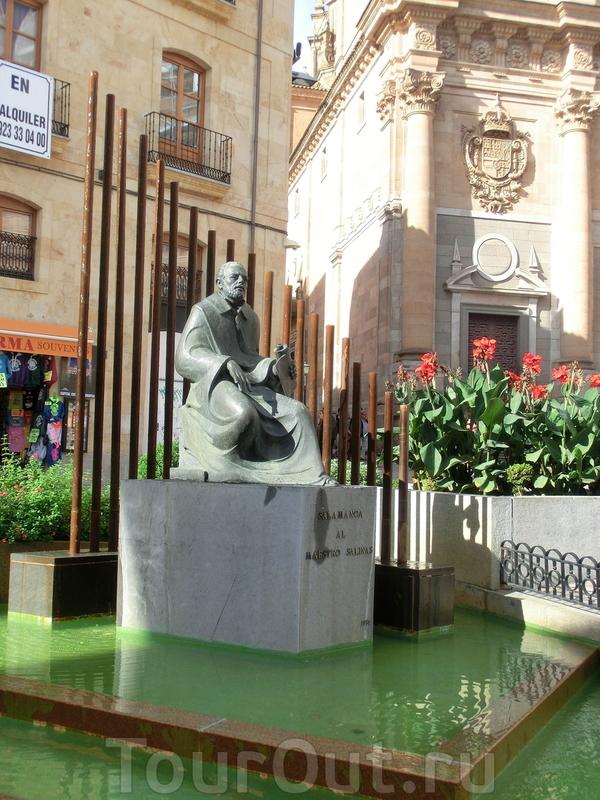 Пройдя чуть вперед, мы очутились в уютном сквере с памятником маэстро Салинасу. Francisco de Salinas изучал классические языки, философию и риторику в университете Саламанки. Работал в кафедральных соборах Сигуэнсы и Леона органистом, с 1567 также преподавал ...