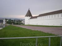 Кремль. Юго-Западная башня Круглая по форме башня расположена на юго-западном участке крепости. Построена в 1556—1562 гг. псковскими мастерами во главе с Постником Яковлевым и Иваном Ширяем.