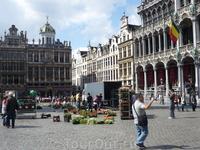 Брюссель.   На Гран - Плас  располагается  цветочный   рынок   и  будет  работать  до  самого  вечера.   Справа  здание - Дом  Короля.