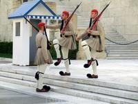 Смена почетного караула - одна из самых красивых традиций современных Афин. Караул сменяется каждый час и на это действие всегда приходит посмотреть множество ...