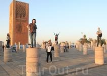 """Играем в """"Пятый элемент"""" на центральной площади столицы. Рабат, Марокко."""