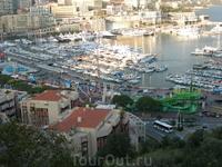 В удобной бухте Монако расположен очень живописный и довольно крупный (на 700 швартовочных мест) порт, куда заходят самые роскошные яхты со всего мира ...