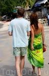 правда здорово, когда из одежды нужен только купальник и платок?! А для счастье - только он идущий рядом!