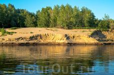 Высокие песчаные берега порой резко обрываются в реку