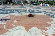 А на площади, перед монументом Первооткрывателям, выложены из гранита роза ветров и карта мира с траекториями и датировкой португальских морских экспе