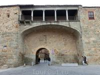 В городской стене есть 9 городских ворот, каждые ворота имеют свое имя. Например вот эти, La Puerta del Rastro, огромную арку ворот сверху покрывает крытый ...