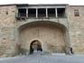 В городской стене есть 6 городских ворот, каждые ворота имеют свое имя. Например вот эти, La Puerta del Rastro, огромную арку ворот сверху покрывает крытый ...