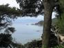 И снова вид на море. Внизу, на берегу расположились небольшие бухточки и пляжи, один из которых нудистский. Спуститься туда из садов нельзя
