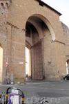 Впечатляет толщина стен и створки ворот...