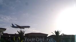 Самолеты летают только днем, шума не слышно, хотя и очень низко