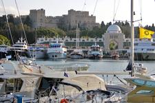 Конечно же особую красоту придают острову бухты с причалами для яхт, сотни судов заходят в порт Родоса, ведь это главный порт Додеканесских островов.