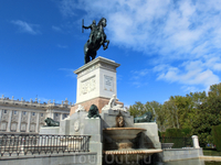 Памятник Филиппу IV на Пласа де Ориенте напротив Королевского дворца.
