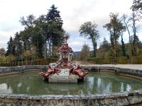 Создание фонтанов навеяно греческой мифологией, в том числе божествами, аллегориями и мифологическими сценами.