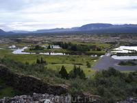 вдали загородная резиденция президента исландии.