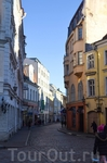 Брусчатые узенькие улочки , старинные церкви , башни, крепостная стена …как будто время для Таллина остановилось.