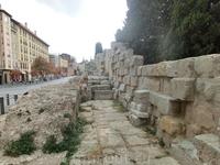 Крепостные стены - это самый древний памятник города и здесь, у рынка, находится самый большой из сохранившихся участков, почти 80 метров древнеримского ...