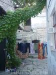 Один из дворов в старом городе. Муж ничего не увидел в этой фотографии, кроме бельевой веревки.А для меня этот двор удивителен, тем что на старинный первый ...
