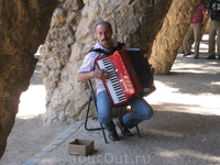местный музыкант в парке Гуэль
