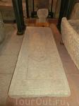 Погребальная плита найденная на улице Estrada, датируемая тем же XVI веком.