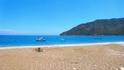 На пустынном пляже медитировали под шум прибоя, зарываясь ступнями в теплый песок