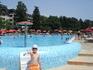 рядом на Ривьере есть бассейн с минеральной водой, на нем шезлонг дешевле чем у моря...