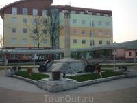 Памятник советским воинам в Попраде (на заднем плане - почтампт)