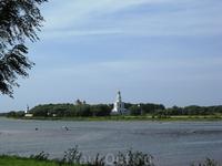 Через реку виднеется монастырь
