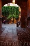 Верона. Арка, через  которую попадаешь  во дворик дома Дель Капелло.Стены  неосвещенного прохода  исписаны  сплошь  признаниями в  любви на всех  языках ...