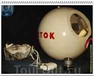 Кабина тренажёра корабля «Восток», в которой тренировался Ю.А. Гагарин и первый отряд космонавтов. Рядом амортизационное, индивидуально моделированное ...