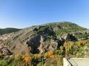 С правой стороны смотровой площадки открывается вид на окружающую город сьерру, к которой еще только начала подкрадываться осень с ее красками.