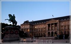 Ратуша - бывшие монашеские кельи - с фасада. Перед ней памятник Наполеону. Справа - шпили аббатства.