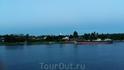 вечером мы подплыли к истоку Невы в районе Шлиссельбурга .