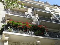 парижские балконы притягивают взор.