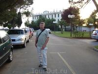 """На фоне заброшенного отеля """"Белград""""."""