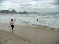 Решила помочить ножки в океанских волнах, а волны то сильные, в момент оказались мокрыми не только ножки, но и балетки, которые смыла волна в океан, хорошо ...
