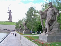 Стены выводят на Площадь Павших Героев.
