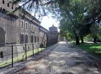 Внутри северной и южной круглых башен замка сохранились резервуары пресной воды, игравшие важную роль в водоснабжении Милана в начале XX века. Установкой ...