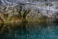 в гроты, которые сформировались в отвесных скалах, можно заплыть и полюбоваться игрой света на мраморном потолке