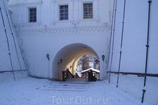 через стены кремля лестница вниз, в нижний город